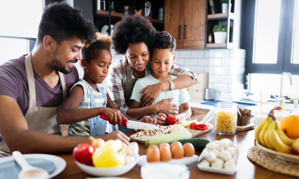 família cozinhando alimentos saudáveis que aumentam imunidade