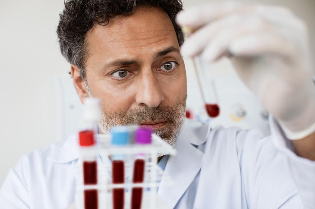 pesquisa clínica da DASA: imagem de especialista em laboratório