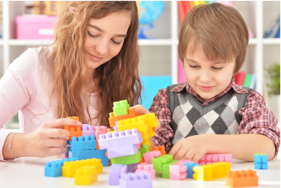Duas crianças brincando de lego, representação do autismo infantil.